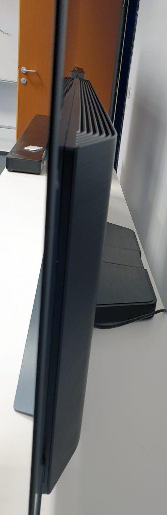 Ecranul lui  LG OLED65C9PLA are o grosime de sub jumătate de centimetru.