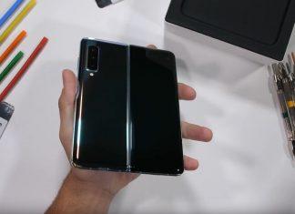 jerryRigEverything s-a apucat să desfacă un Samsung Galaxy Fold ca să ne arate cum e pe interior. Și da, e extrem de greu de reparat.