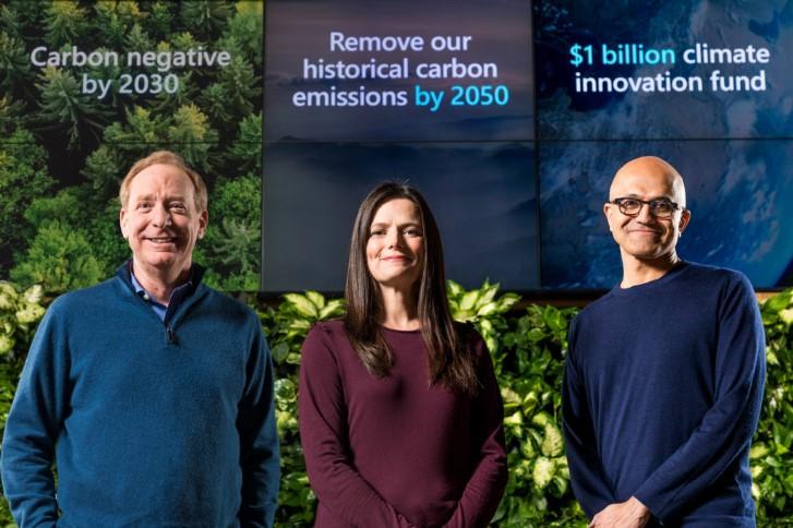 Microsoft President Brad Smith, Chief Financial Officer Amy Hood și Satya Nadella, CEO după anunțul legat de reducerea emisiilor de carbon.