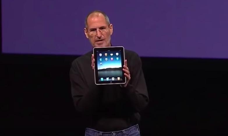 Pe 27 ianuarie 2010, Steve Jobs prezenta lumii primul iPad.
