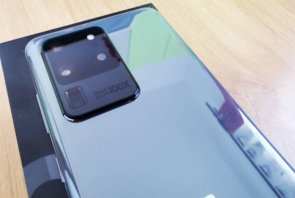 Samsung lansează un prim update de firmware pentru seria S20 care vine să repare (printre altele) problemele de autofocus pe camera principală.