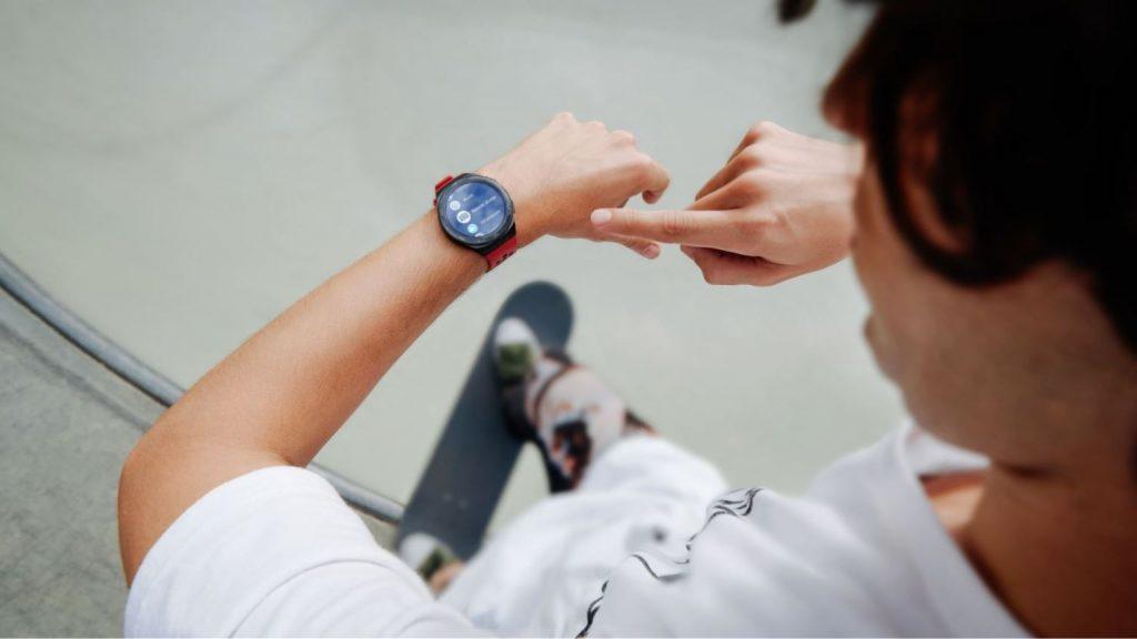 Huawei Watch GT 2e este disponibil în România cu un preț de 799 LEI.