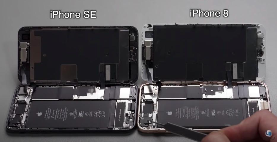 O comparație între interiorul lui iPhone 8 și iPhone SE 2020.