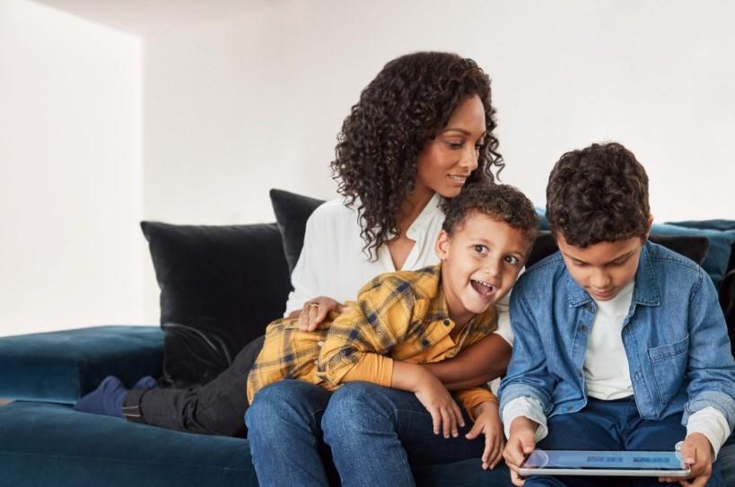 Family Safety este o nouă aplicație Microsoft pentru Android și iOS ce se sincronizează cu Windows 10 și Xbox și permita monitorizarea timpului petrecut de copii pe telefoane și consolă.