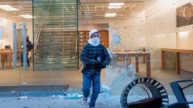 În timpul revoltelor din SUA din aceste zile mai multe magazine Apple au fost vandalizate, evident cu scopul de a face rost de niște iPhone-ui. Iar Apple a reacționat, trimițând poliția peste cei ce au activat astfel de modele.