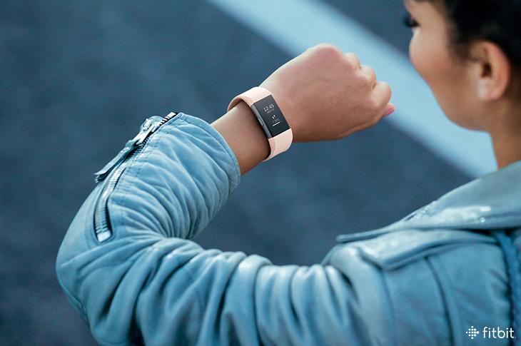 Un studiu Fitbit arată că brățările de fitness și ceasurile smart pot detecta mai repede simptomele ascoiate COVID-19.