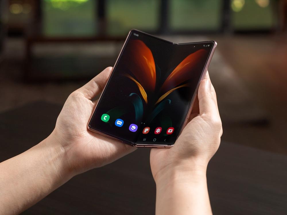 Samsung a prezentat a doua generație a smartphone-ului pliabil Galaxy Fold, cu rezoluție mai bună, display-uri mai mari și sistem de balamale mai eficient.