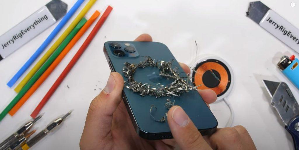 JerryRigEverything ne oferă o privire asupra modului în care iPhone 12 Pro e capabil să reziste la diferite tipuri de teste distructive.