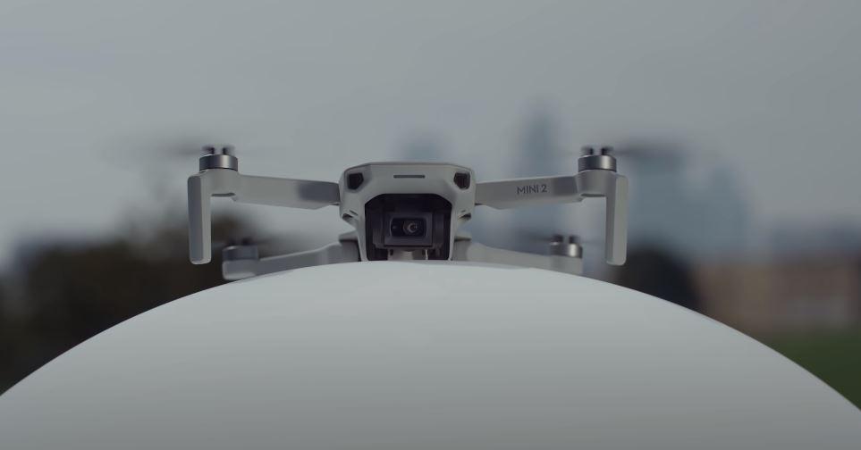 DJI a lansat oficial Mini 2, succesoarea dronei Mavi Mini, ce vine cu preț mai mare, dar cu suport de înregistrare video 4K, autonomie de 31 de minute și distanță de până la 10 km plus multe chestii software interesante.