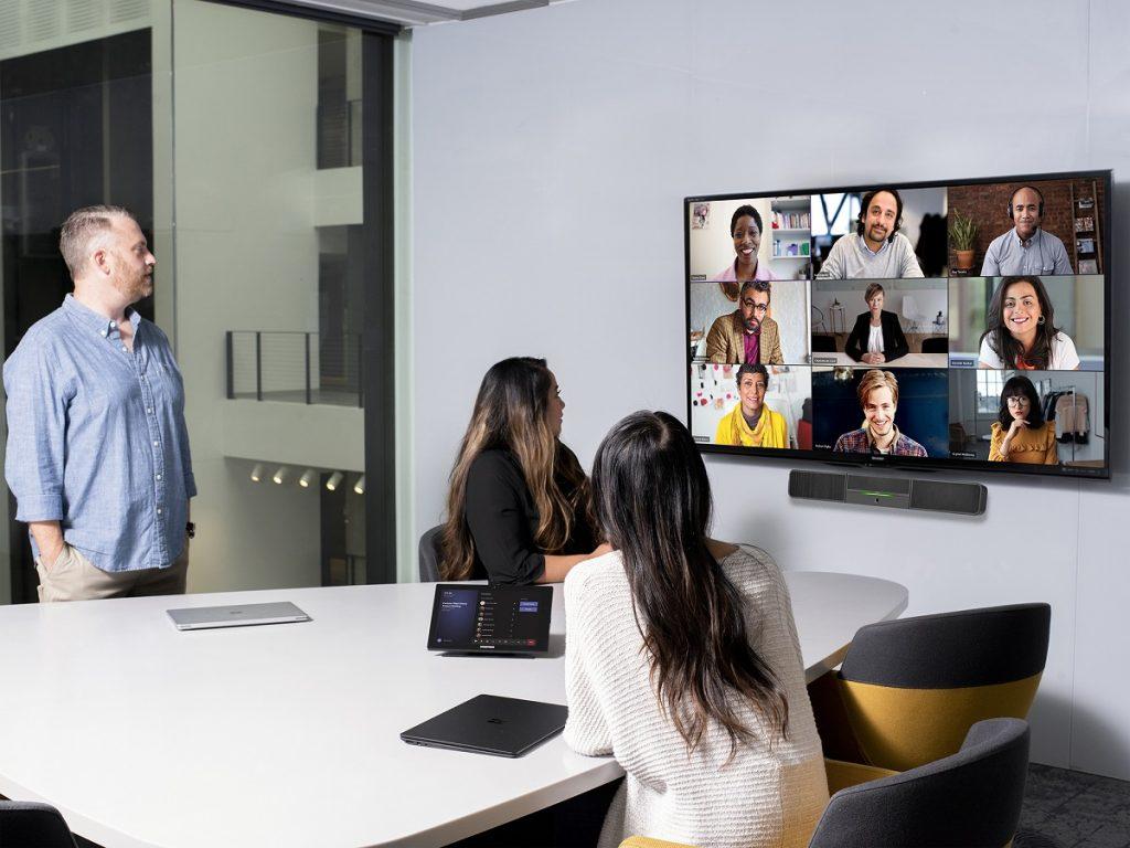 Microsoft extinde funcționalitățile Teams pentru a răspunde mai bine noilor scenarii de muncă hibridă: acasă/birou.